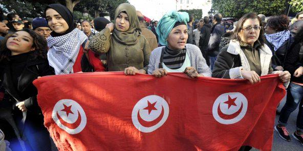 Des Tunisiennes manifestent dans les rues de Tunis le 14 janvier 2018