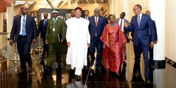 Mahamaou Issoufou, président du Niger, Moussa Faki, président de la Commission de l'UA, Louise Mushikiwabo, ministre rwandaise des Affaires étrangères, et Paul Kagame, président du Rwanda, à Kigali le 20 mars 2018.