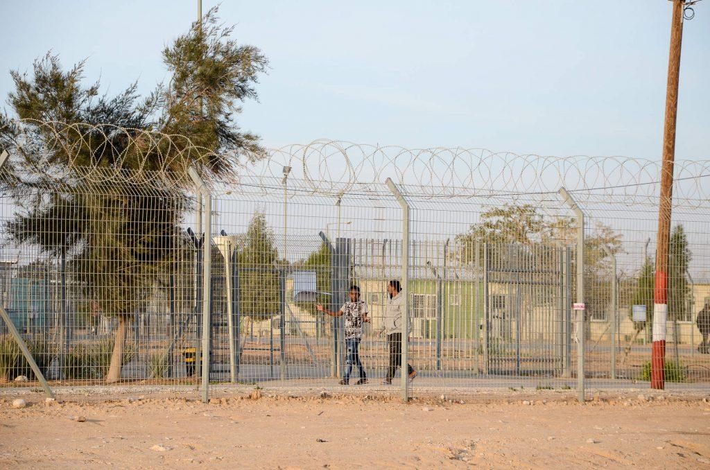 Les barbelés du centre de rétention de Holot, au fin fond du désert du Néguev en Israël.