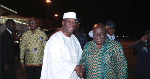 Alassane Ouattara accueille Nana Akufo-Addo à son arrivée à Abidjan.