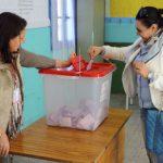 Une Tunisienne dépose son bulletin dans un bureau de vote, à La Marsa, banlieue de Tunis (Tunisie), le 21 décembre 2014.