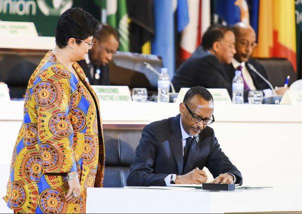 Paul Kagamé, le président rwandais et actuel président de l'Union africaine, lors de la signature de l'accord instituant la Zone de libre-échange continentale africaine, le 21 mars à Kigali.