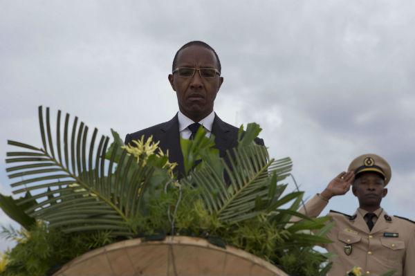 L'ex-Premier ministre sénégalais Abdoul Mbaye assiste à une cérémonie commémorant le dixième anniversaire de la catastrophe du ferry de Joola en 2002, à Dakar (Sénégal), le 26 septembre 2012