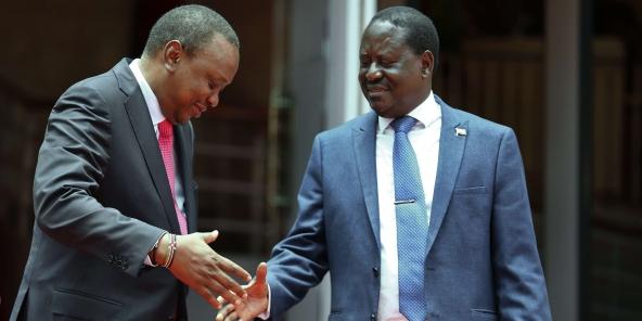 Le président kenyan Uhuru Kenyatta, à gauche, échange une poignée de main inattendue avec le leader de l'opposition Raila Odinga, à Nairobi, au Kenya, le 9 mars 2018.
