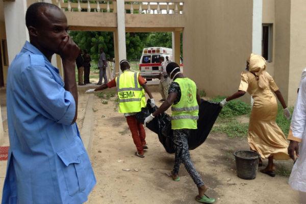 Des secouristes emportant l'une des victimes d'un attentat de Boko Haram à l'université de Maiduguri, en juillet 2017.