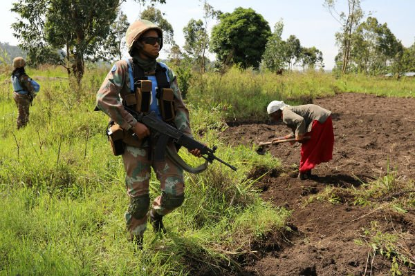 Une membre sud-africaine de la Monusco, lors d'une patrouille à Muzambayi, près de Beni, dans l'est de la RDC le 7 mars 2018.