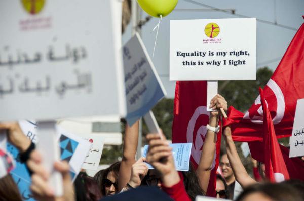 Des Tunisiennes tiennent une pancarte lors d'une manifestation pour demander l'égalité entre hommes et femmes à Tunis (Tunisie), le 10 mars 2018 (image d'illustration).