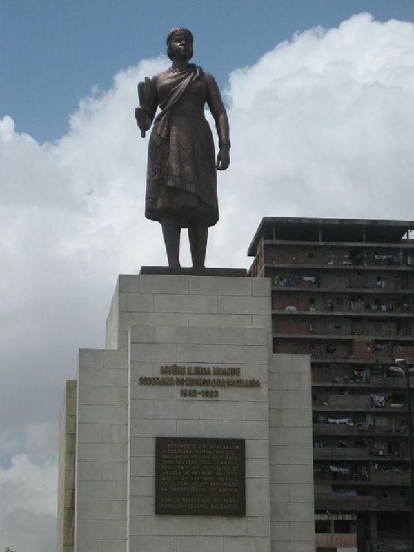 Statue d'Anne Zingua à Luanda, le 11 avril 2006