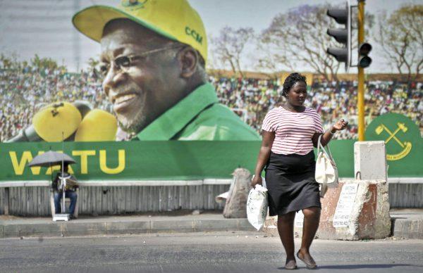 Affiche de campagne de Tingatinga (le «bulldozer»), à Dar es-Salaam, en octobre2015, avec le visage du président John Magufuli.