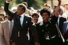 Nelson Mandela et sa femme Winnie, le jour de sa libération après 27 ans de détention le 11 février 1990..