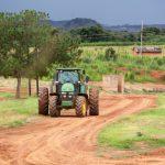 Un ouvrier agricole congolais travaille dans une ferme agro-industrielle appartenant au groupe minier Bazzano à proximité de Likasi, troisième ville de la province minière du Katanga, située à 120 km à l'ouest de la capitale provinciale Lubumbashi, en République démocratique du Congo, le 26 février 2015.
