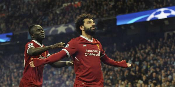 Mohamed Salah célèbre avec Sadio Mané (g.) le but de l'égalisation de Liverpool avant la victoire contre Manchester City, en match retour de quart de finale de la Ligue des Champions, le 10 avril 2018 à Manchester.