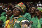 Des milliers de Sud-Africains se sont rassemblés mercredi dans un stade de Soweto pour rendre un hommage populaire à « Mama » Winnie Mandela., le 11 avril 2018.
