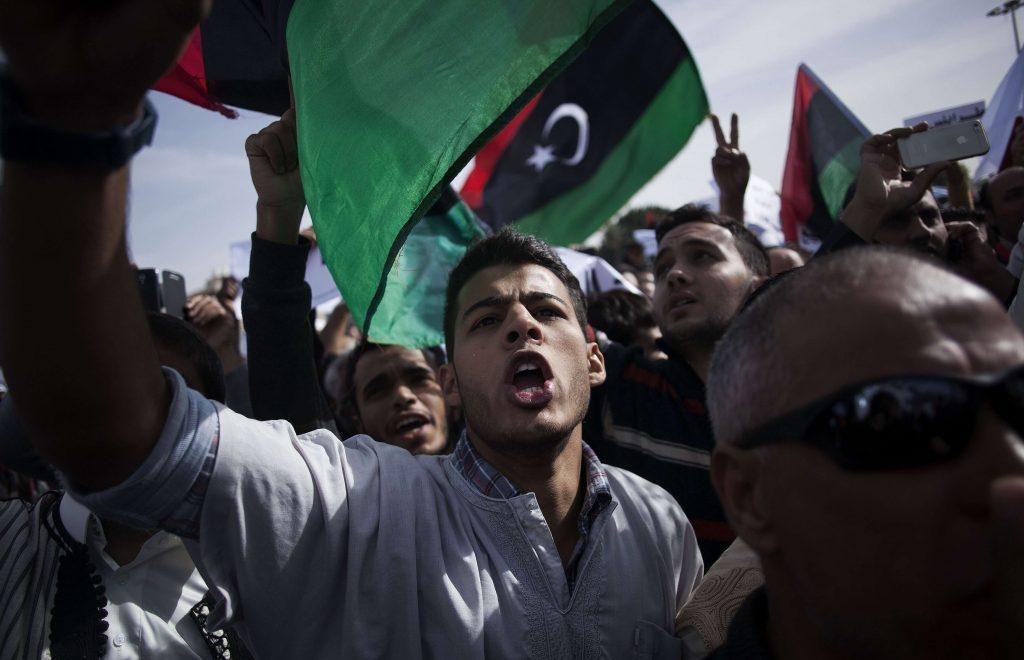 Un homme libyen crie des slogans contre les milices basées à Tripoli, en Libye, en 2013.