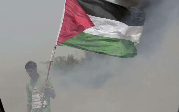 Un Palestinien lors des affrontements à la frontière de Gaza, le 13 avril 2017.