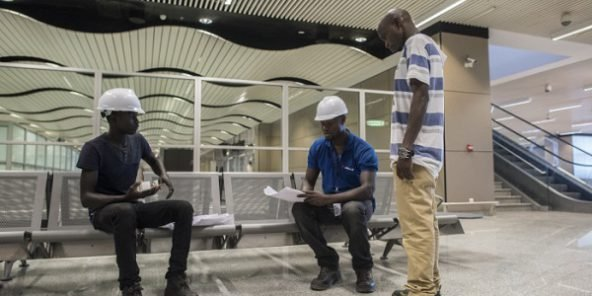 Trois techniciens en télécommunication sur le chantier de l'aéroport International Blaise Diagne.