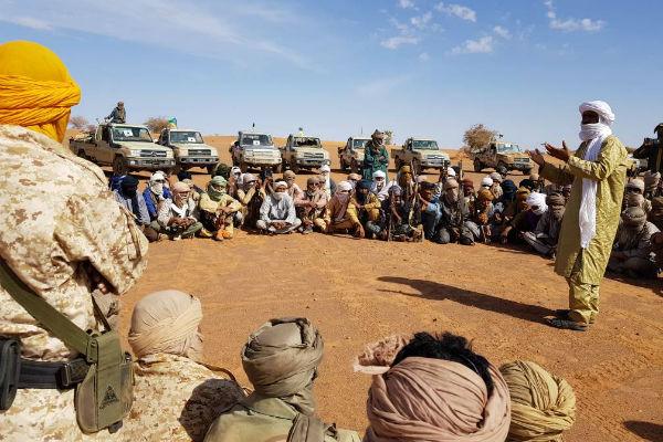 Moussa Ag Acharatoumane, au milieu de combattants du Mouvement pour le salut de l'Azawad.