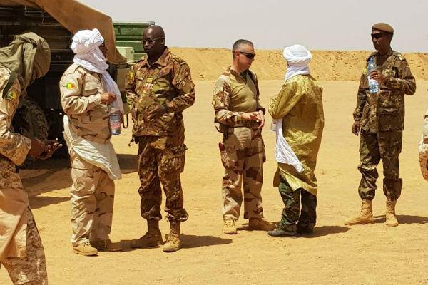 Des soldats français de Barkhane avec Moussa Ag Acharatoumane (de dos), leader du Mouvement pour le salut de l'Azawad.