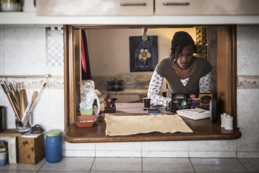 Ken Aicha Sy dans son antre, La Boîte à idée à Dakar.