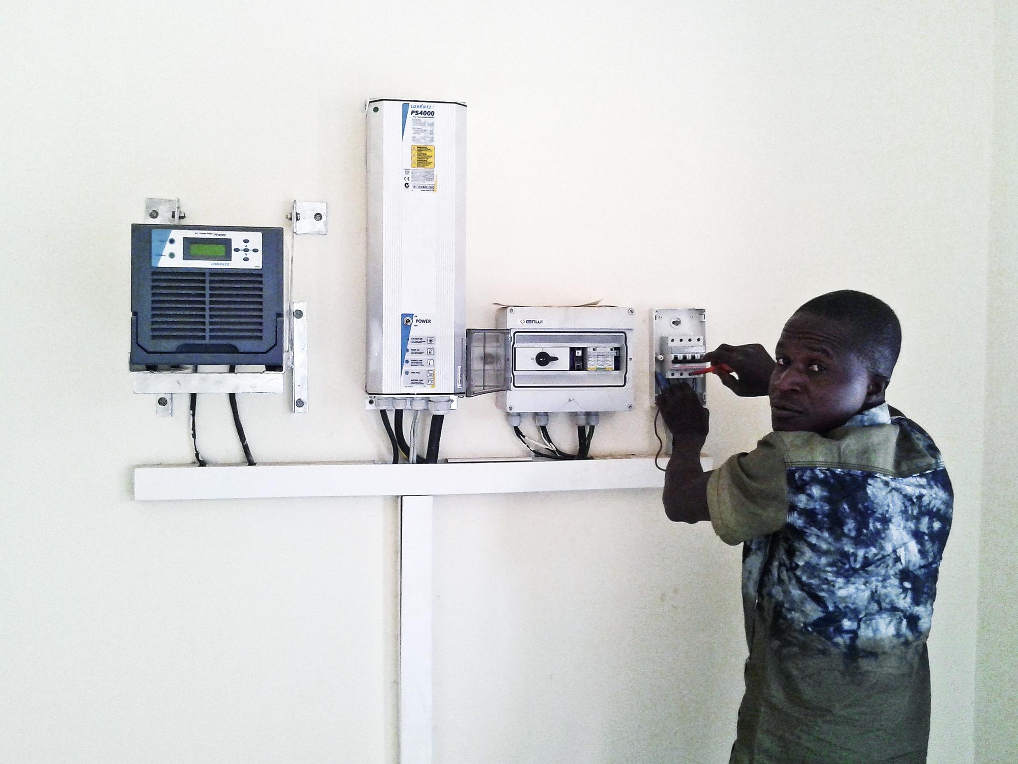 Système d'adduction d'eau potable par pompage à énergie solaire, à Ronga.