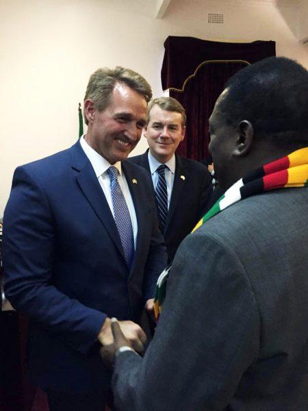 Le nouveau président zimbabwéen Emmerson Mnangagwa avec le sénateur américain Jeff Flake, à Harare, le 7avril.