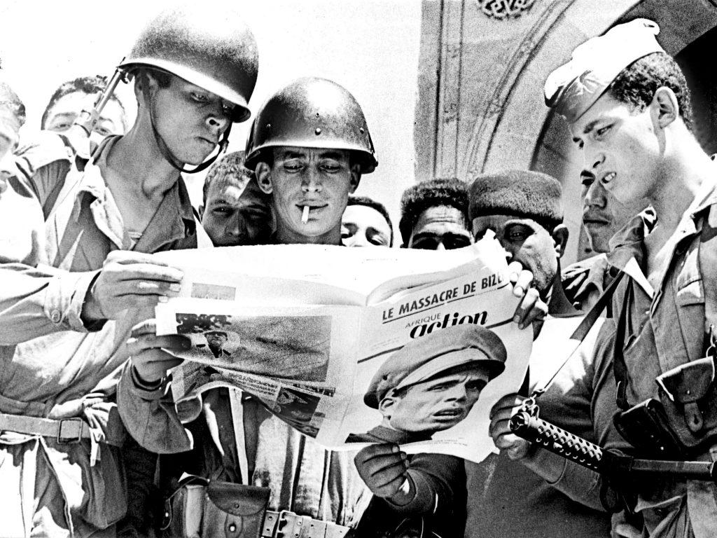 Des soldats tunisiens lisant une édition spéciale d'Afrique Action, ancêtre de JA.