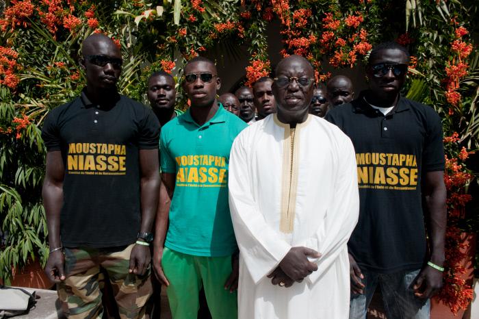 Moustapha Niasse aux côtés de militants, en février 2012 à Dakar.