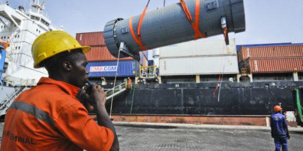 Débarquement au terminal Bolloré du port de Conakry d'éléments nécessaires à la construction d'une cimenterie en Guinée. Le 13 juin 2013.