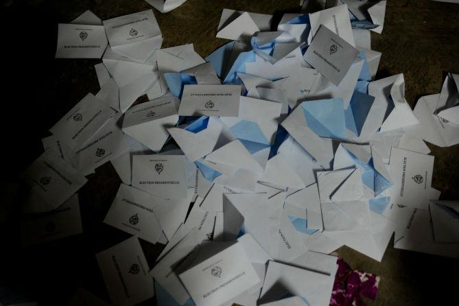 Des enveloppes de bulletins de vote jetées au sol dans un bureau de Dakar, lors du scrutin présidentiel de 2012 au Sénégal.