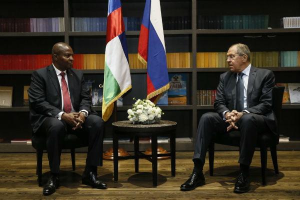 Faustin Archange Touadéra et Sergueï Lavrov, à Sotchi en octobre 2017.