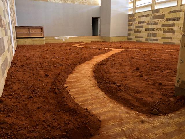 Installation accédant à l'oeuvre du Malgache Rina Ralay-Ranaivo.