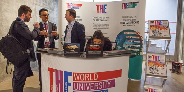 Un stand au sommet THE Young Universities à l'Université Pompeu Fabra de Barcelone en 2016.