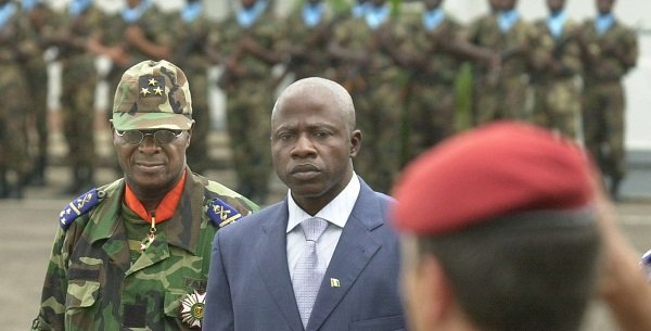 L'ancien ministre de la défense ivoirien Kadet Bertin, lors d'une cérémonie militaire à Abidjan en 2003.