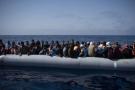 Des migrants et des réfugiés à bord d'une embarcation, en mer Méditerranée, en mai 2018. (photo d'illustration)