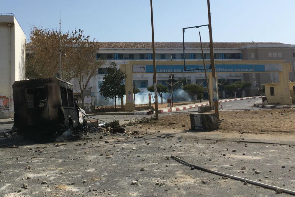 Une voiture de police brulée, à Dakar, lors des affrontements devant l'université, le 15 mai 2018.