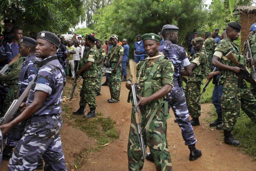 Des soldats et policiers à Ruhagarika, après l'attaque qui a fait plus de 26 morts, le 11 mai 2018 dans la province de Cibitoke, au Burundi.