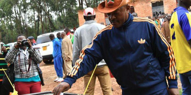 Jour de vote au Burundi   un référendum pour renforcer le pouvoir de Pierre  Nkurunziza – JeuneAfrique.com 6bbbf9aa489a