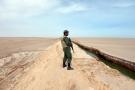 Un soldat tunisien près du point de passage de Ras Jedir.