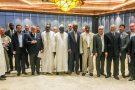 Les délégués libyens, auxquels se sont joints Moustapha Niasse, président de l'Assemblée sénégalaise, en boubou blanc et bonnet; à sa droite, Sidiki Kaba, chef de la diplomatie sénégalaise; et Jean-Yves Ollivier, organisateur de la rencontre.