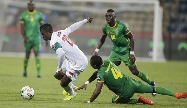 L'attaquant du Sénégal, Keita Baldé, échappe au marquage du joueur du Zimbabwe, Hardline Zvirekwi, le 19 janvier 2017 lors de la CAN au Gabon.