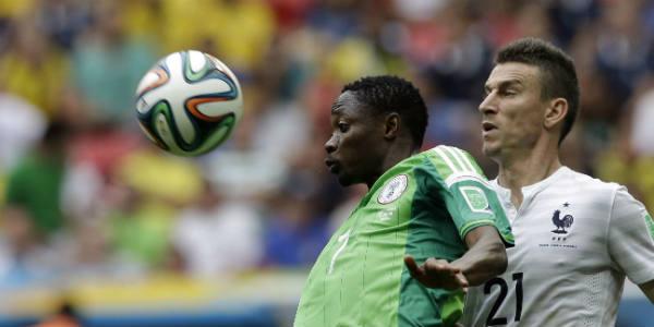 Le Nigérian Ahmed Musa à la lutte avec le Français Laurent Koscielny pendant le Mondial 2014 au Brésil.