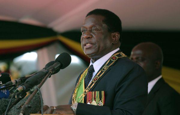 Le président du Zimbabwe Emmerson Mnangagwa prononce son discours lors du 38ème anniversaire des célébrations de l'indépendance au National Sports Stadium à Harare, le 18 avril 2018.