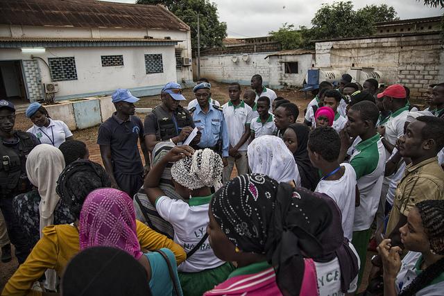 Des Casques bleus escortent des élèves du PK5, à Bangui, vers leurs examens, le 5 juin 2018.