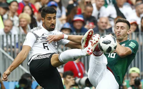 Le Germano-Tunisien Sami Khedira face au Mexicain Hector Herrera, le 17 juin lors du Mondial 2018 en Russie.