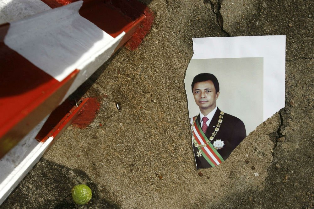 Un portrait déchiré de l'ancien président Marc Ravalomanana, en 2009 au palais préidentiel, après la démission de ce dernier.