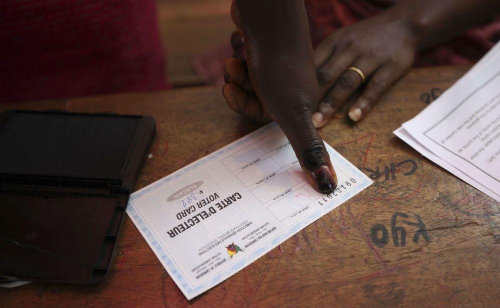 Une électricedonne son empreinte lors du scrutin présidentiel au Cameroun, en 2011.