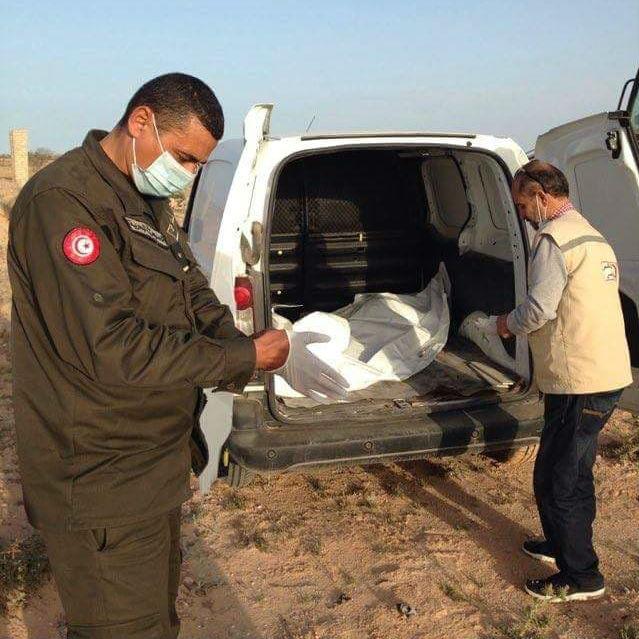 Chamesdinne Marzoug charge des sacs mortuaires, aidé par les autorités tunisiennes.