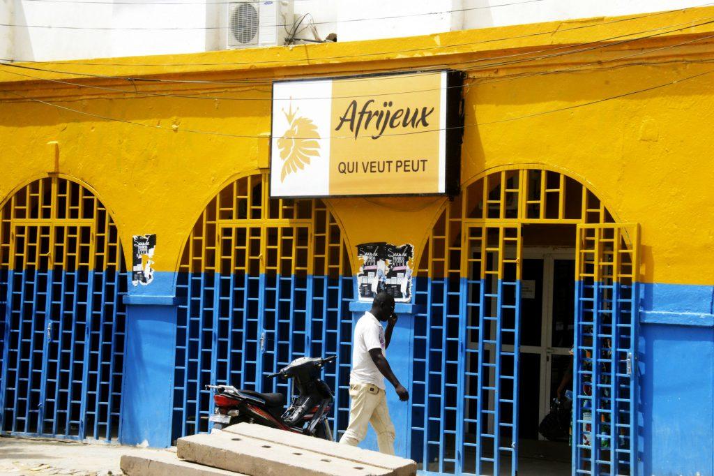 Joueurs de loto dans les rues de N'Djamena et boutique d'Afrijeux.Ci-dessous: course hippique à Massaguet.