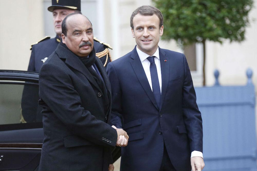Mohamed Ould Abdelaziz et Emmanuel Macron à la Celle Saint-Cloud, le 13 décembre 2017.