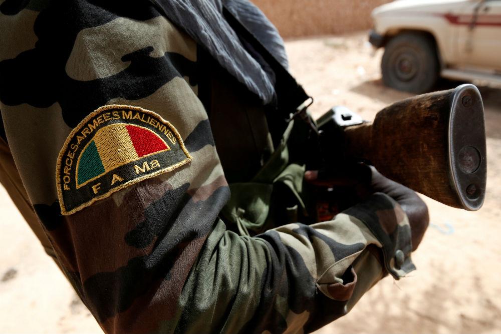 Un soldat des Forces armées maliennes lors d'une patrouille conjointe avec les Français de Barkhane, à Tin Hama, près de Gao, en octobre 2017.